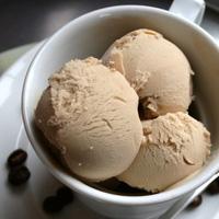 Glace au café et coulis de chocolat